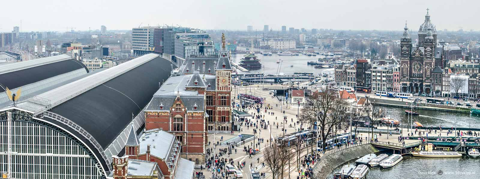 Panoramisch beeld van het Centraal Station in Amsterdam en het stationsplein.