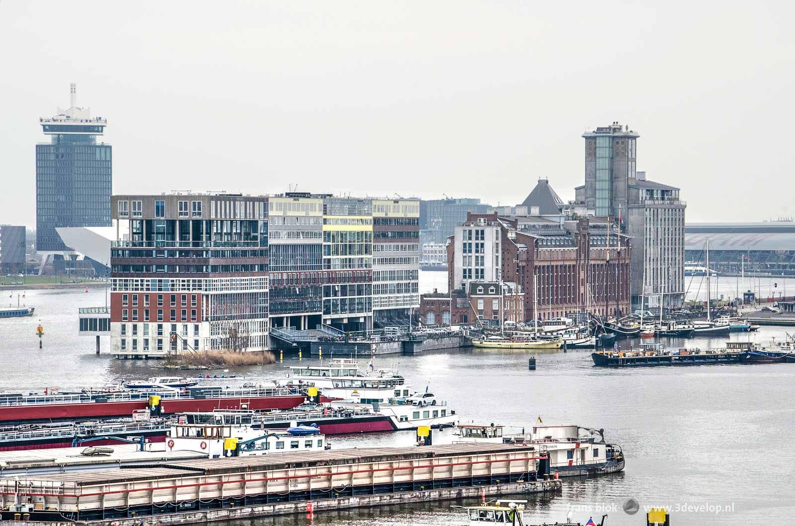 Uitzicht vanaf het REM-eiland op de Houthavens, de Silodam, de A'damtoren en het Centraal Station in Amsterdam