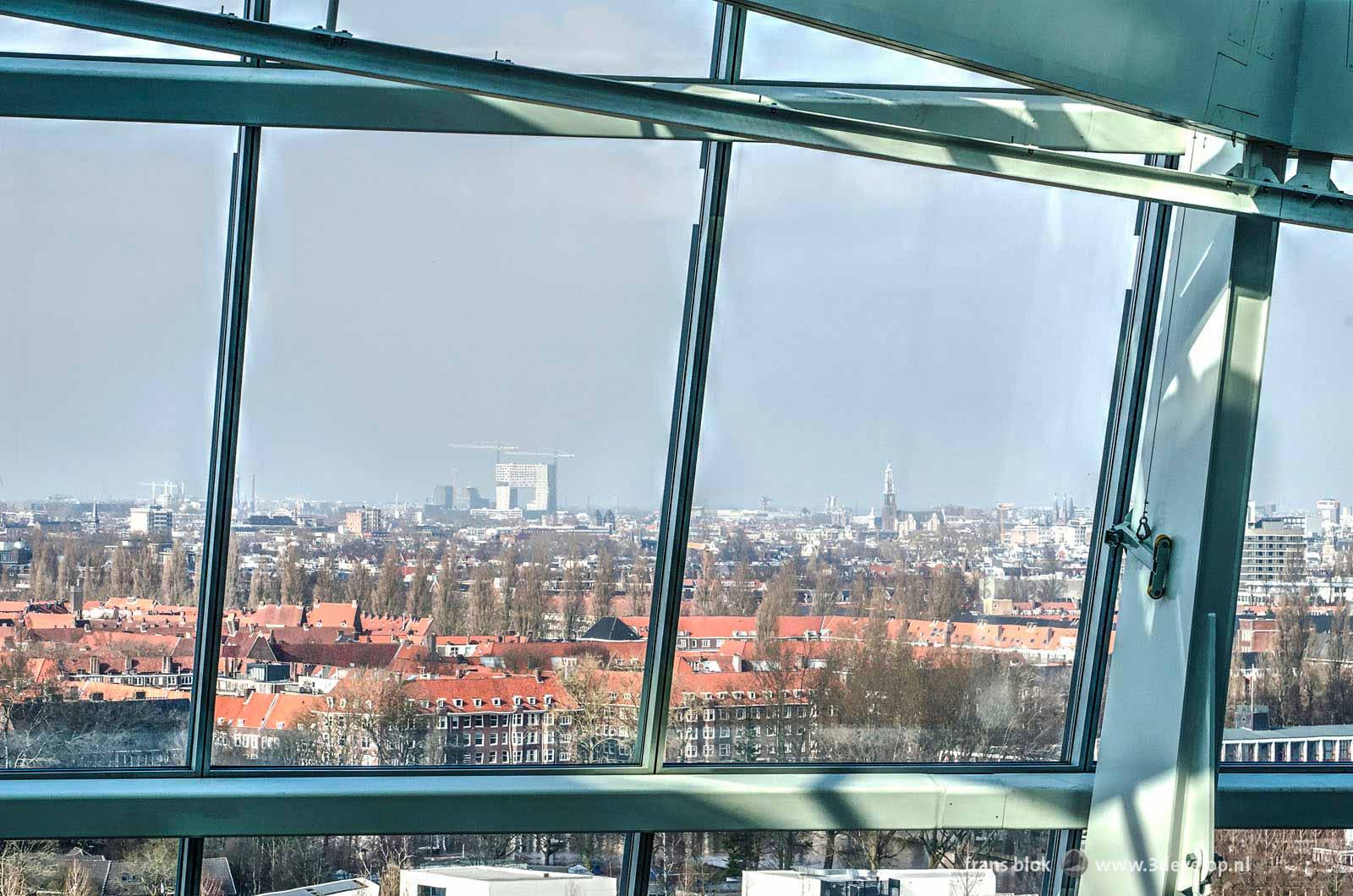 Uitzicht op de skyline van Amsterdam met onder andere de Pontsteiger en de Westertoren, vanaf gebouw The Edge op de Zuidas