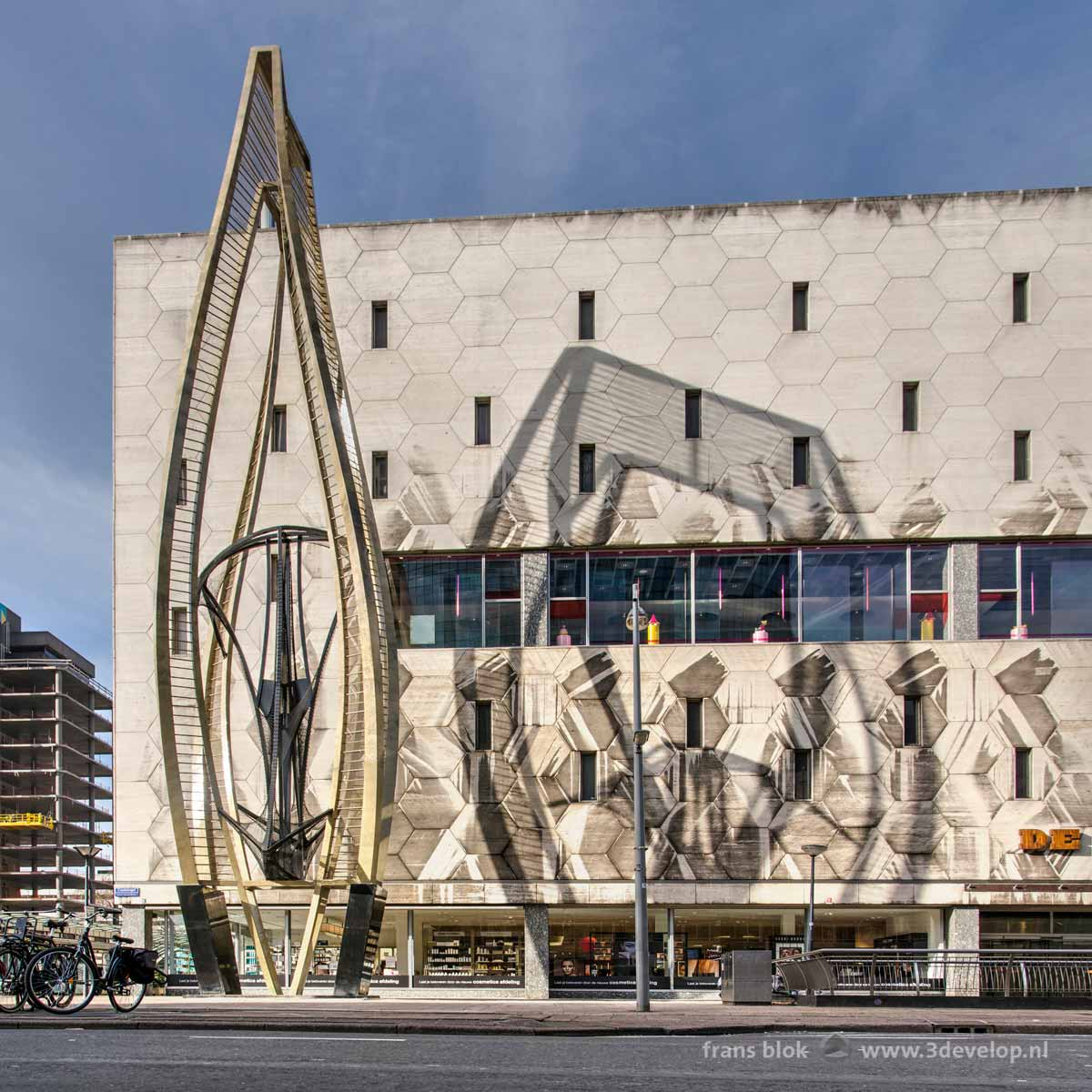 The sculpture by Naum Gabo, nicknamed The Thing, casts a shadow on the Bijenkorf department store