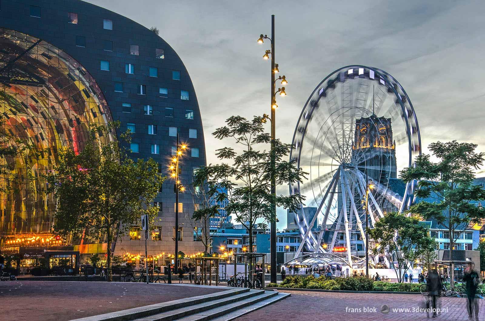 Reuzenrad The Dinner Wheel op de Binnenrotte in Rotterdam met ook de Markthal en de Laurenskerk