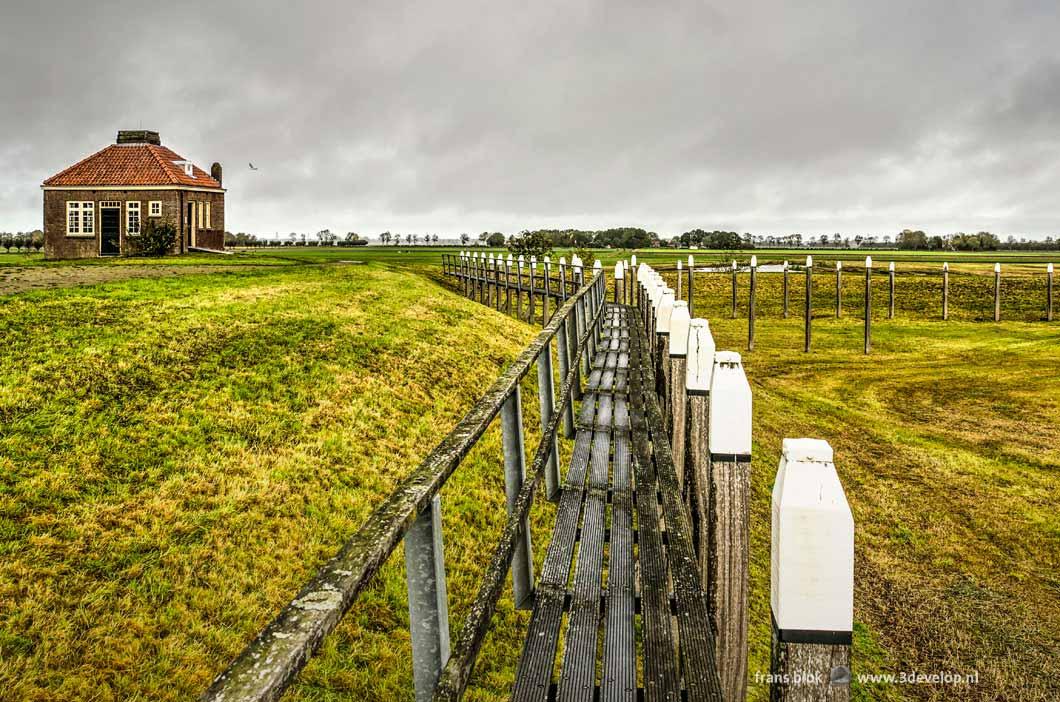 De gereconstrueerde haven op het voormalige eiland Schokland, Unesco werelderfgoed met op de achtergrond het open landschap van de Noordoostpolder