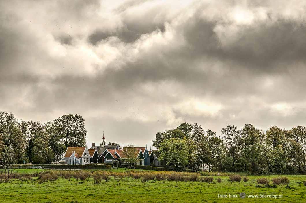 De middelbuurt op Unesco-werelderfgoed Schokland onder een spectaculaire dreigende wolkenlucht