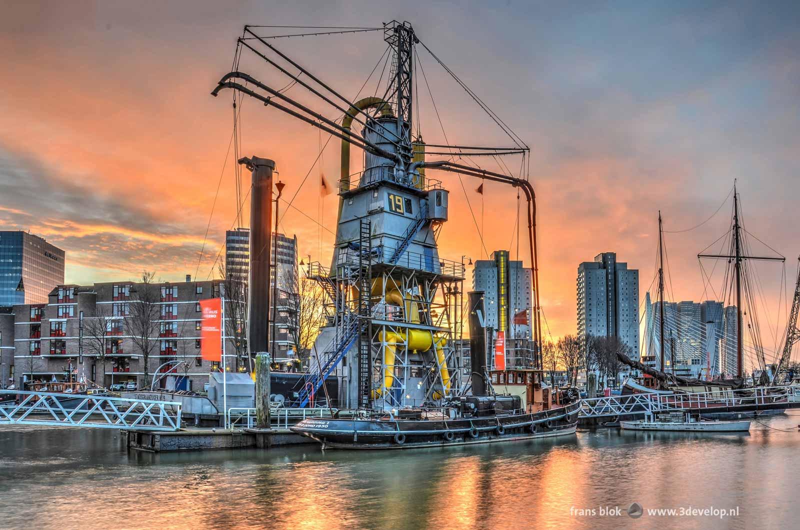 Een historische graanzuiger en andere pronkstukken van het maritiem buitenmuseum in de Leuvehaven in Rotterdam tijdens zonsopkomst