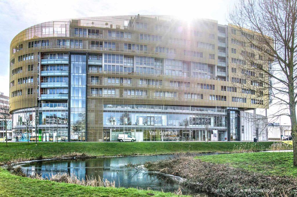 Woongebouw en winkelcentrum Da Vinci in Alphen aan den Rijn, met een witte bestelbus ervoor geparkeerd