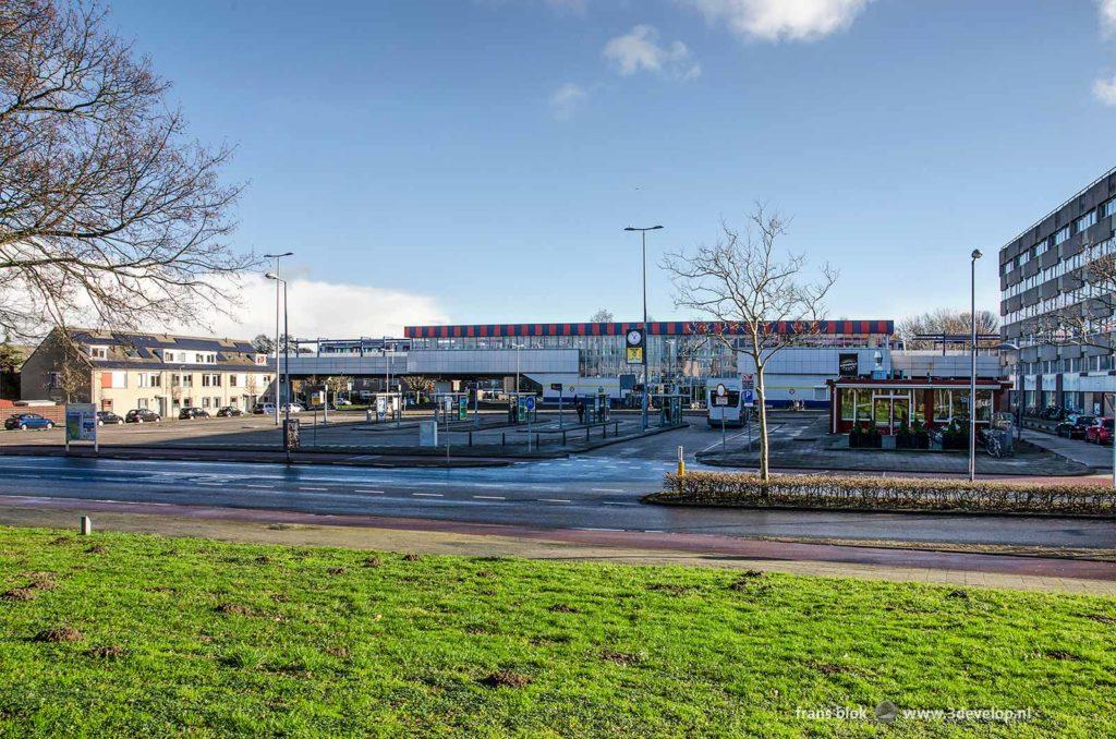 Enigszins troosteloos plein met bushaltes bij het metrostation van Hoogvliet
