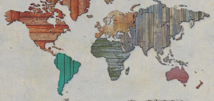 Wereldkaart, opgebouwd uit sloophout: oude planken, vloerdelen, multiplex en ander gerecycled materiaal