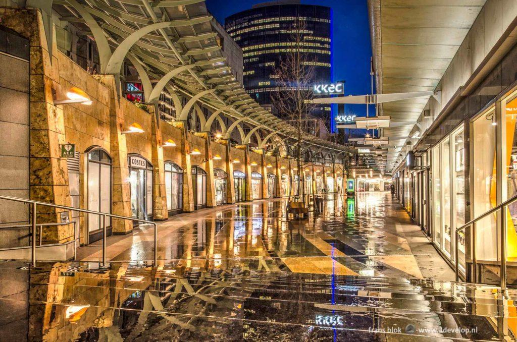 De Koopgoot in Rotterdam, officieel Beurstraverse geheten, vrijwel verlaten op een regenachtige ochtend in januari voor zonsopkomst