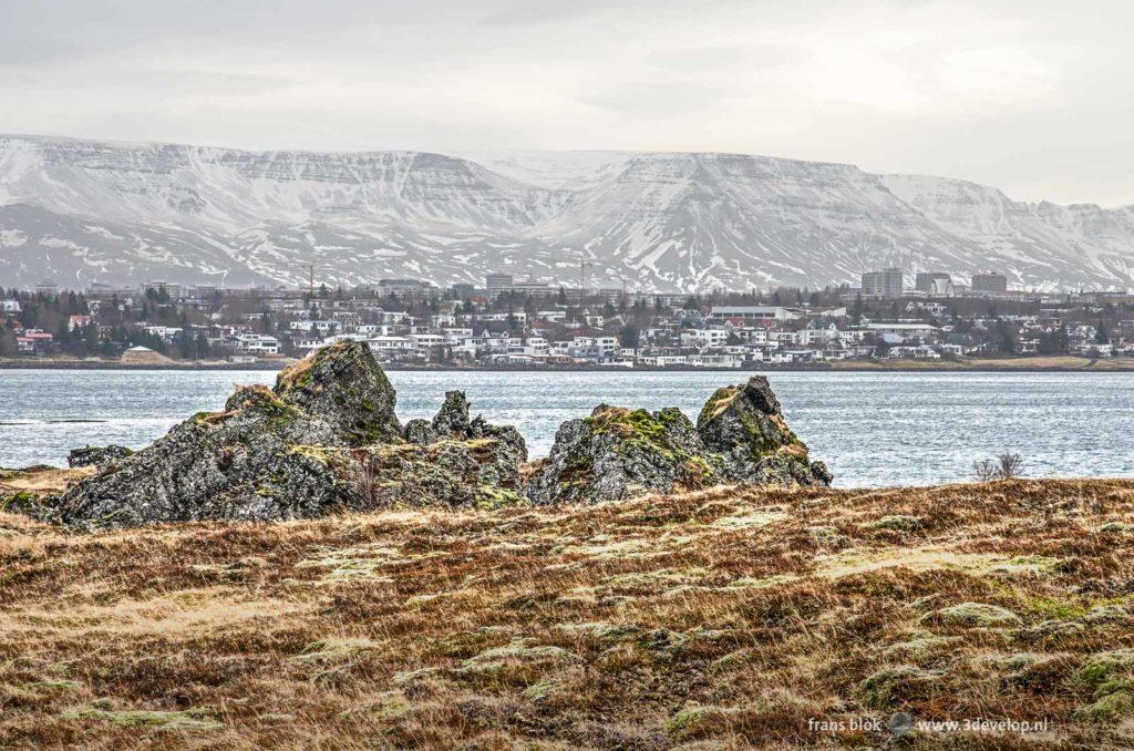 Uitzicht vanaf het Galgahraun lavaveld bij Hafnarfjordur op Reykjavik, Kopavogur, de zee en de bergen