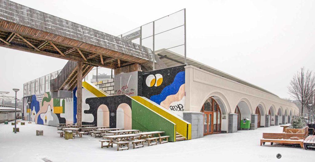 Kleurrijke street-art in een witte wereld bij het voormalige station Hofplein in Rotterdam op een winterse dag