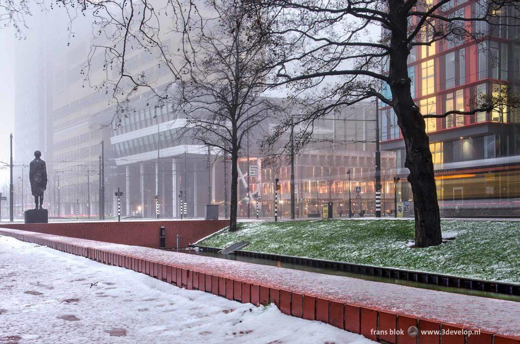De Westersingel in Rotterdam met de Doelen, Calypso en het monument Ongebroken Verzet op een winterse ochtend tijdens de schemering