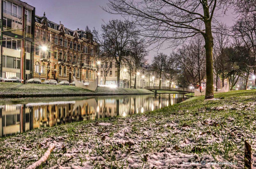De Westersingel in Rotterdam in het blauwe uur voor zonsopgang met op het gras een laagje poedersuiker, euh, sneeuw