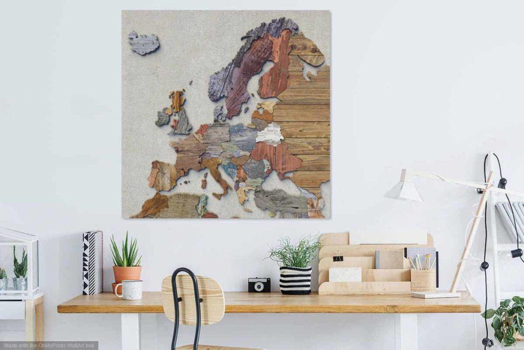 De sloophoutkaart van Europa aan de muur in een modern ingerichte kamer boven een houten werktafel