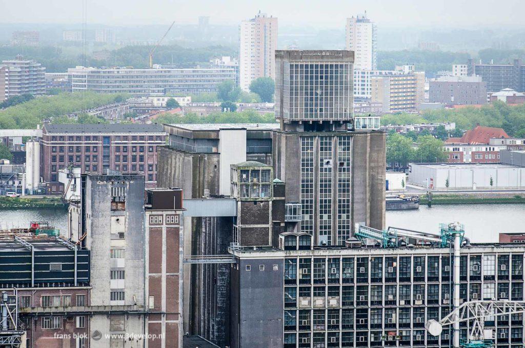 Foto vanaf de KPN-toren op de Wilhelminapier met de graansilo van Codrico op Katendrecht met op het dak de fameuze kubus