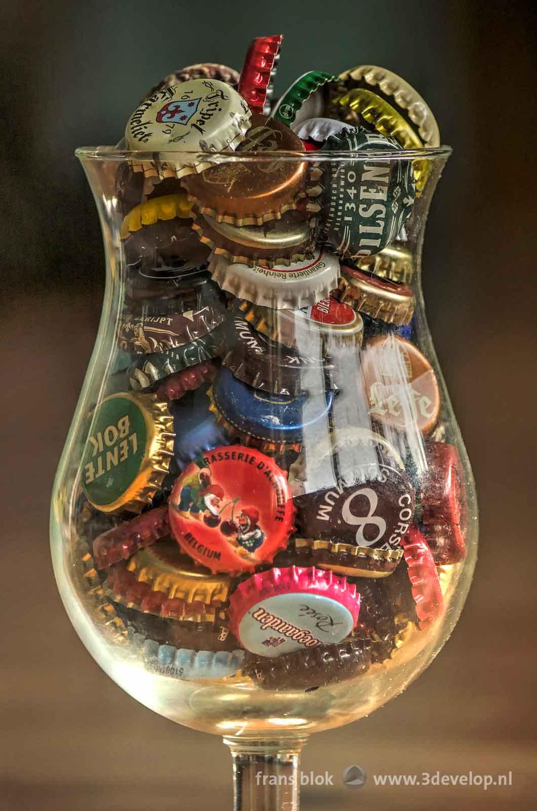 Close-up van een bierglas gevuld met kroonkurken