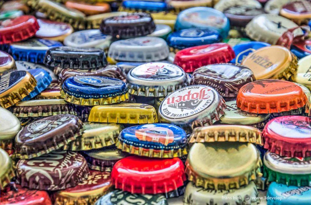 Close-up van een kleurrijke stapel kroonkurken, afkomstig van flesjes bier