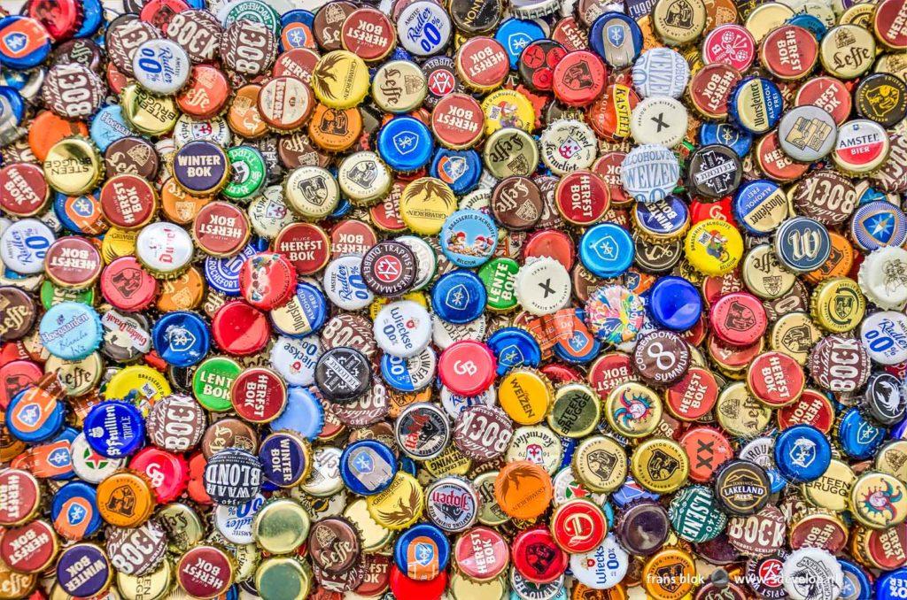 Een grote hoeveelheid zeer verschillende kroonkurken afkomstig van bierflesjes
