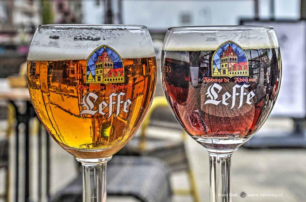 Een glas Leffe blond en een glas Leffe bruin, gefotografeerd in hun natuurlijke habitat: een zonnig terras