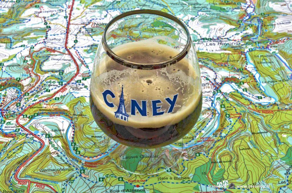 Halfvol glas Ciney op een wandelkaart van de Belgische Ardennen