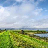 Grasdijk tussen Brouwershaven en Bruinisse, onderdeel van een lange-afstandswandeling rond de Grevelingen