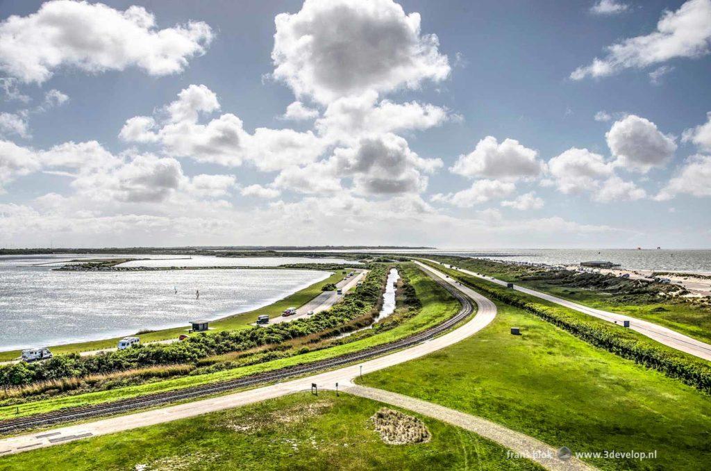 Uitzicht op de Brouwersdam, de Grevelingen en de Noordzee vanaf de toren van het bezoekerscentrum van Staatsbosbeheer