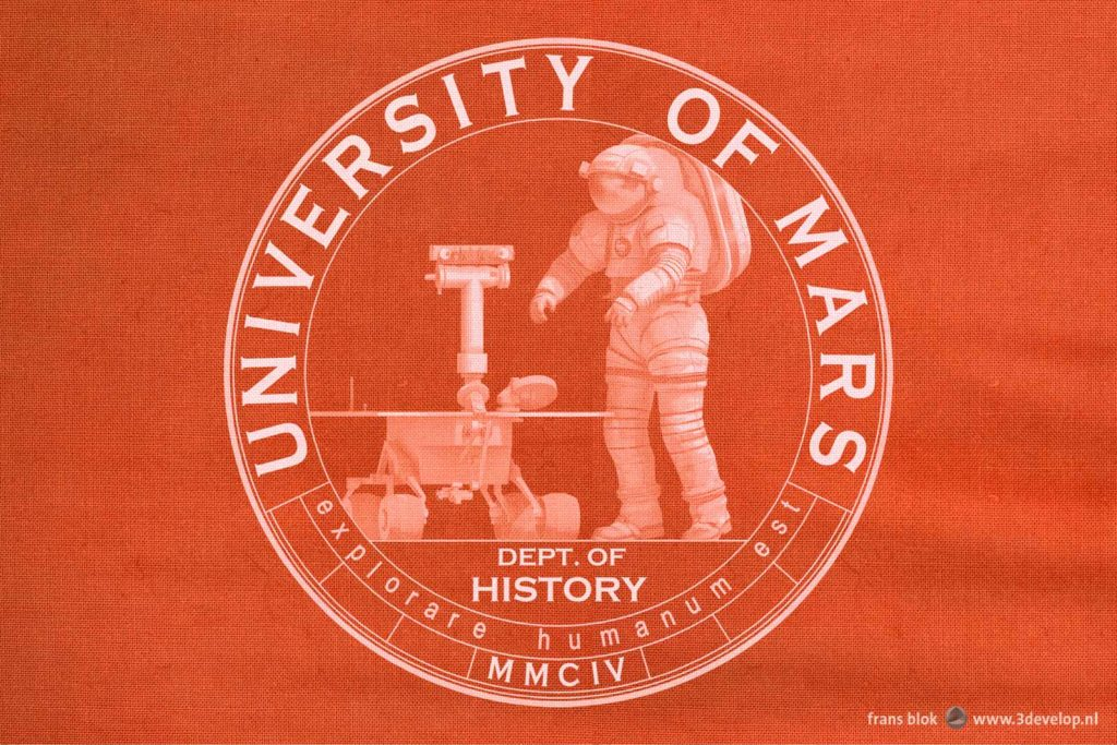 Logo of the Department of History of the University of Mars on a red T-shirt, with an astronaut, a rover and the Uni's motto Explorare Humanum Est