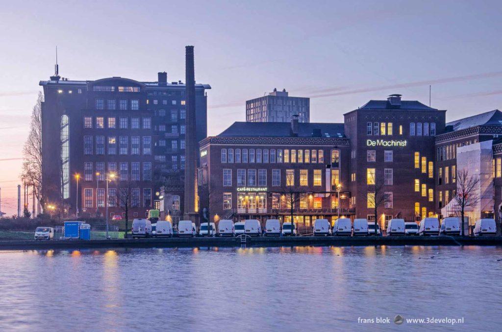 Tientallen mysterieuze witte bestelbussen geparkeerd op de kade van de Coolhaven in Rotterdam ter hoogte van De Machinist en gebouw Puntegale bij het krieken van de ochtend