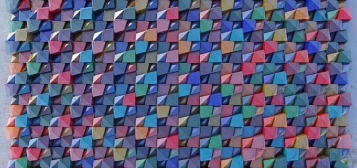 Digital erzeugtes virtuelles Relief aus Glasstücken in 14 verschiedenen Farben