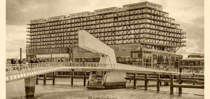 Kunstmatig verouderde ansichtkaart van de gerenoveerde en opgetopte Fenixloods op Rotterdam-Katendrecht met op de voorgrond de Rijnhaven en de Rijnhavenbrug, bijgenaamd de Hoerenloper