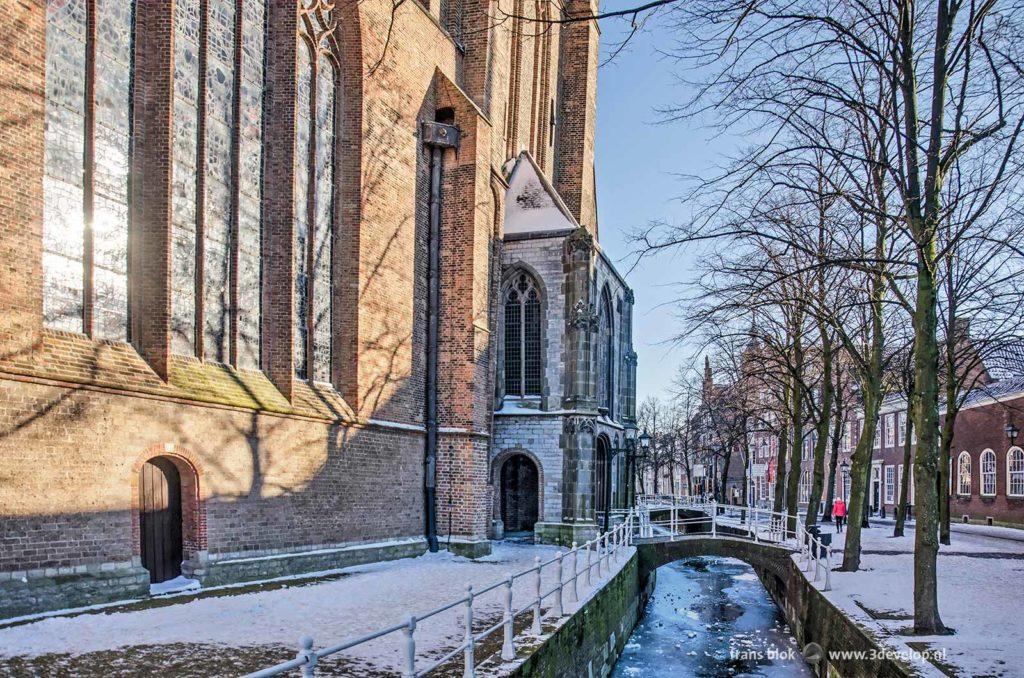 De Oude Delft en de Oude Kerk in Delft op een zonnige winterdag