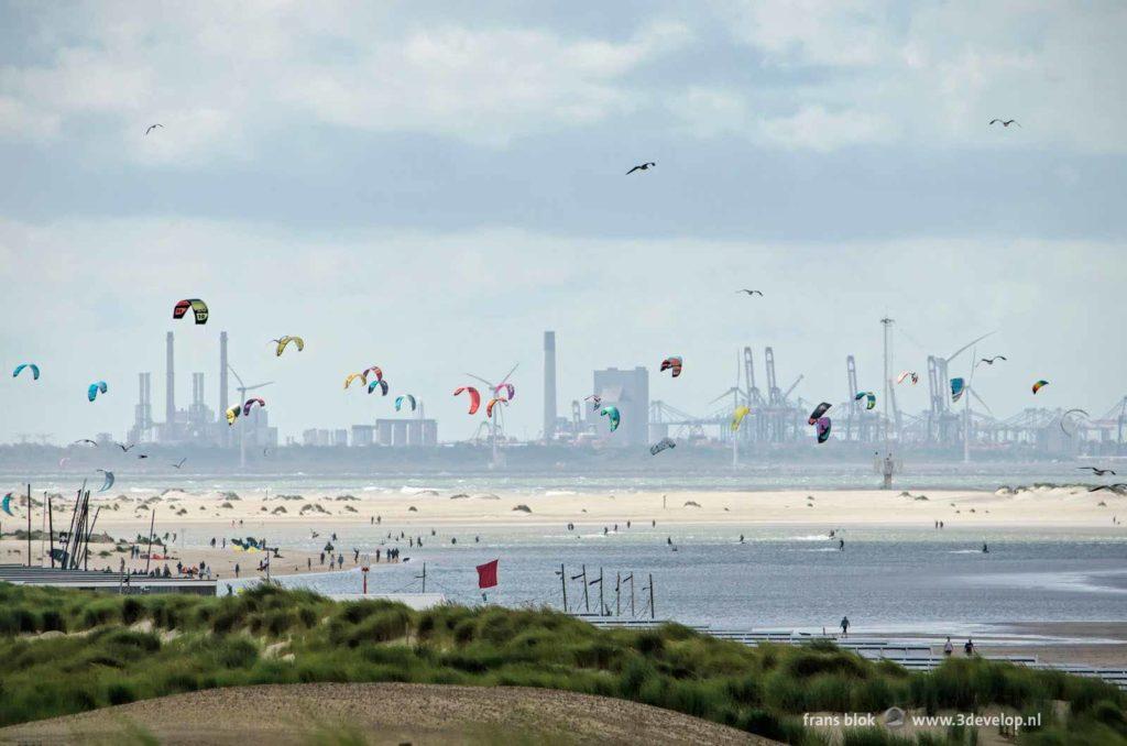 Uitzicht vanuit Kijkduin op de Zandmotor, de Noordzee en Europoort/Maasvlakte