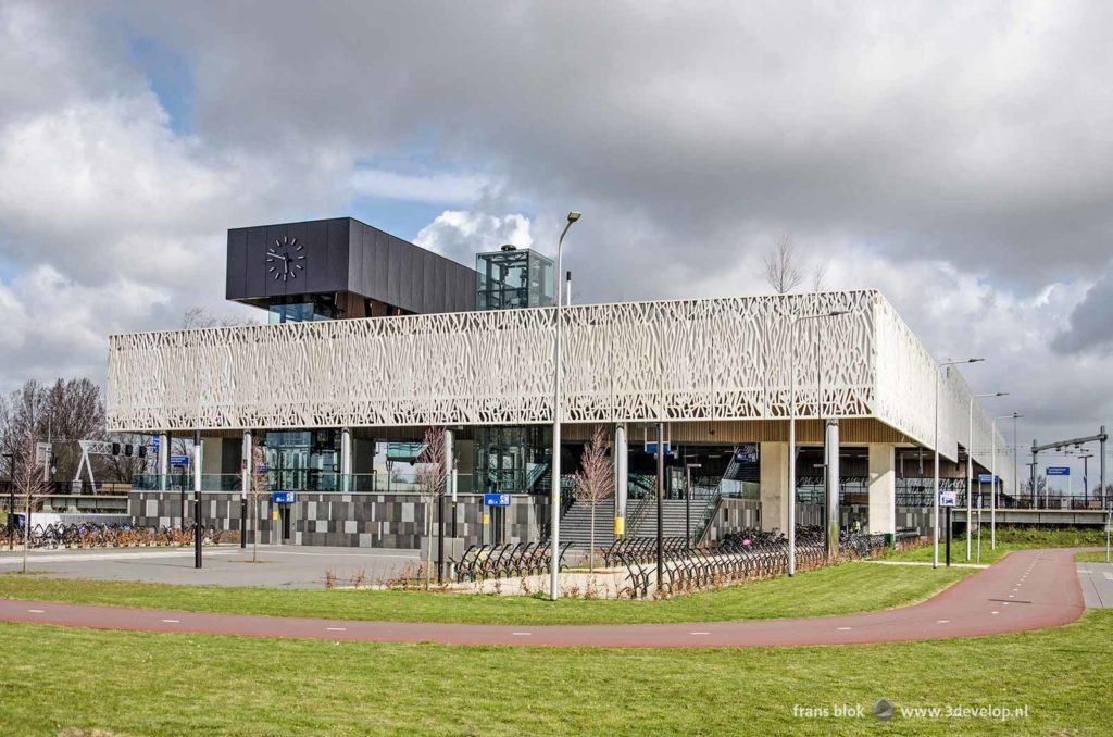 Station Lansingerland-Zoetermeer gezien vanaf het plein aan de zuidzijde